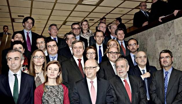 Cristóbal Montoro, abajo en el centro, junto a los consejeros de Economía de las autonomías españolas