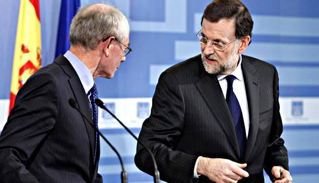 El presidente del Gobierno, Mariano Rajoy (dcha.), con el presidente del Consejo Europeo, Herman Van Rompuy, durante la comparecencia conjunta ante la prensa tras la reunión que mantuvieron en el Palacio de La Monclo