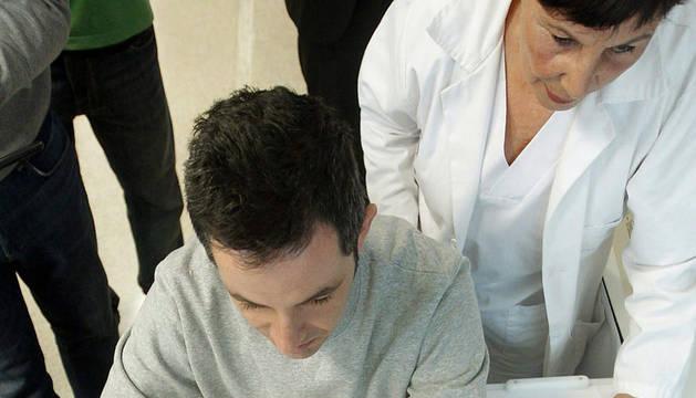 Un paciente de ictus prueba el nuevo robot asistencial que mejora la rehabilitación de las personas que han sufrido un ictus.