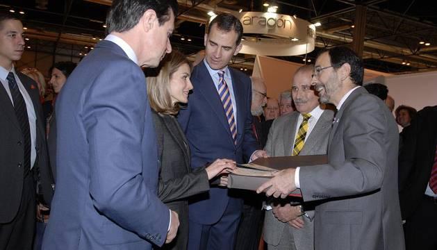 Carlos Erce entrega un obsequio a los Príncipes de Asturias y de Viana durante su visita al stand de Navarra