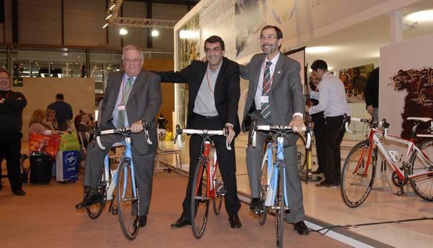 Pozueta, Guillén y Erce durante la presentación de la Vuelta Ciclista a España en Fitur