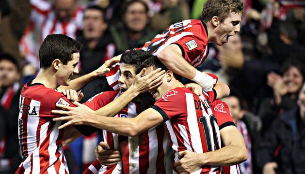 Los jugadores del Athletic de Bilbao celebran su primer gol frente al Real Mallorca, obra del delantero Fernando Llorente