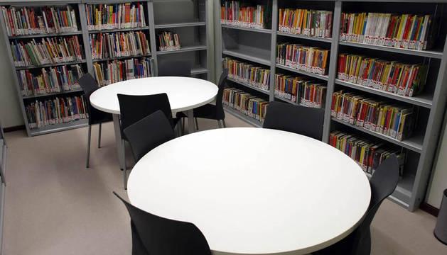 Imagen del interior de una de las salas de la biblioteca pública de Peralta.