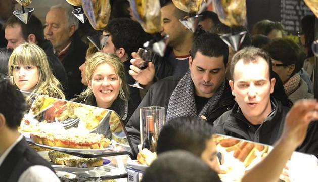 Varios ciudadanos disfrutando este jueves 19 de enero de la promoción de Tapavinos