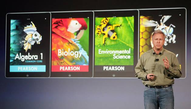 El vicepresidente de Marketing de Apple, Philip Schiller, durante la presentación del iBooks 2