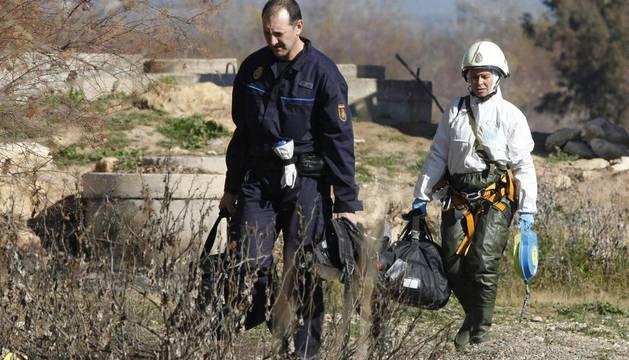 Agentes de la Policía Nacional rastrean distintos puntos del polígono industrial de Las Quemadas en busca de los dos menosres desaparecidos el pasado 8 de octubre en Córdoba