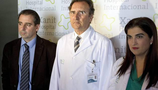 El director médico del hospital Xanit Internacional de Benalmádena (Málaga), José Manuel Martín (c), y los médicos Rocío Aragonés (d) y Gonzalo Sanz