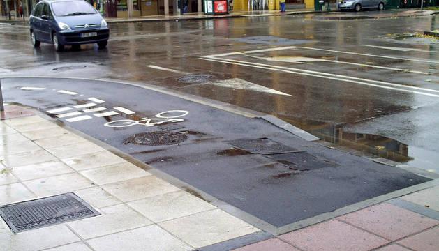 Imagen del carril bici de la Rochapea, en el cruce entre la Avda. Marcelo Celayeta y la calle Bernardino Tirapu