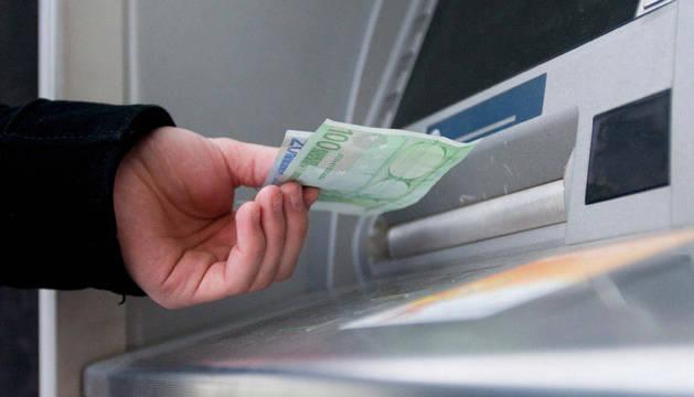 Sacando dinero en un cajero