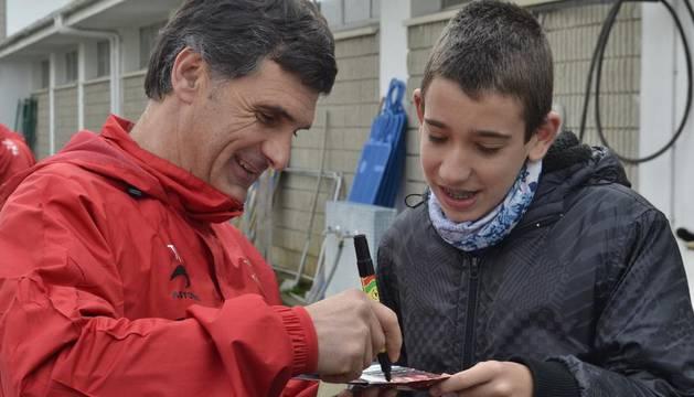 Mendilibar firma un autógrafo tras el entrenamiento de este sábado en Tajonar