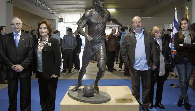 El presidente del Espanyol, Ramón Condal (1i), junto a la escultora Marta Solsona (2i); los padres José Luis (3d) y Silvia (2d) y la viuda, Jesica (1d), del exjugador Dani Jarque, posan junto a la escultura inaugurada este sábado en Cornellá-El Prat