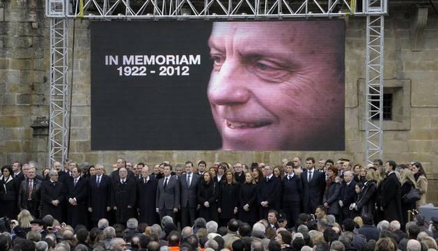 La cúpula del PP frente a una pantalla con la imagen de Manuel Fraga tras el funeral