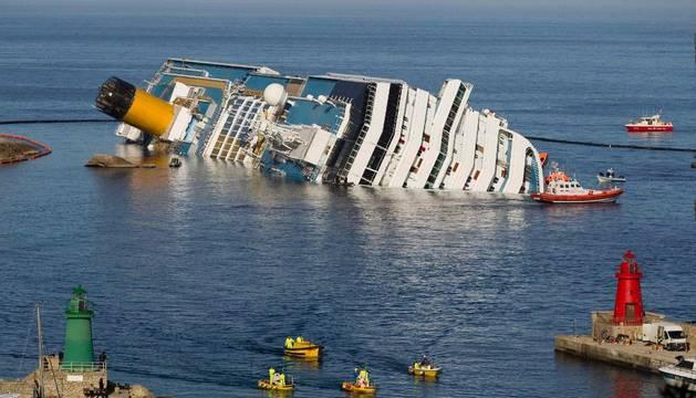 En las tareas de rescate, este sábado, en el 'Costa Concordia'