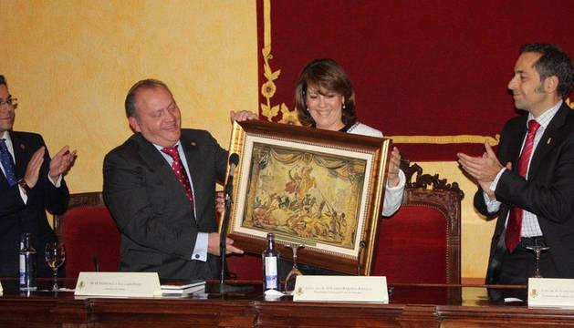 La Presidenta Barcina entrega al alcalde Gallarín un cuadro que reproduce el tapiz de la batalla de Las Navas, en presencia del consejero Sánchez de Muniáin
