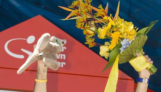 Alejandro Valverde celebra en el podio su victoria en la etapa reina del Tour Down Under, en Australia
