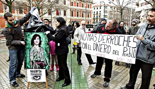 El movimiento artístico anónimo y popular Vesarte Pamplona ha ofrecido gratuitamente al Parlamento de Navarra un retrato acrílico de la expresidenta Elena Torres con el fin de que el dinero que tiene previsto destinar a ese fin