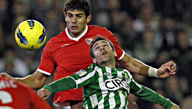 El sevillista Fazio disputa un balón aéreo con el defensa del Real Betis Nacho Pérez