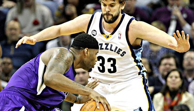 El jugador de los Memphis Grizzlies Marc Gasol (dcha.) disputa el balón ante DeMarcus Cousins (izda.) de los Sacramento Kings