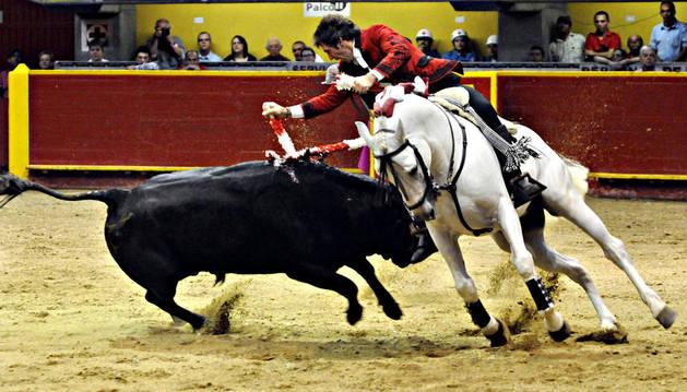 El rejoneador español Pablo Hermoso de Mendoza lidia su primer toro de la tarde en la plaza La Macarena de Medellín (Colombia)