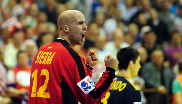 Sierra, portero de España, y en segundo plano el navarro Eduardo Gurbindo, durante el partido ante Croacia