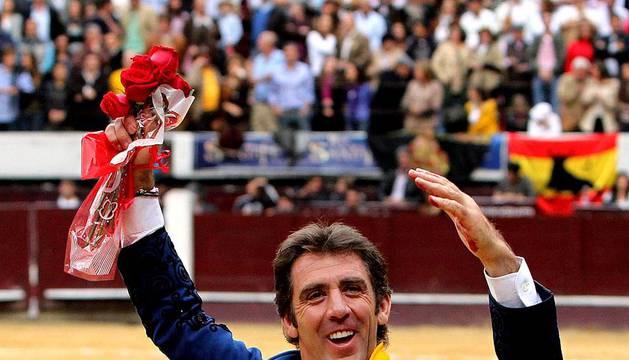 El rejoneador estellés Pablo Hermoso de Mendoza corta dos orejas en la segunda corrida de la temporada colombiana en la plaza la Santamaría de Bogotá.