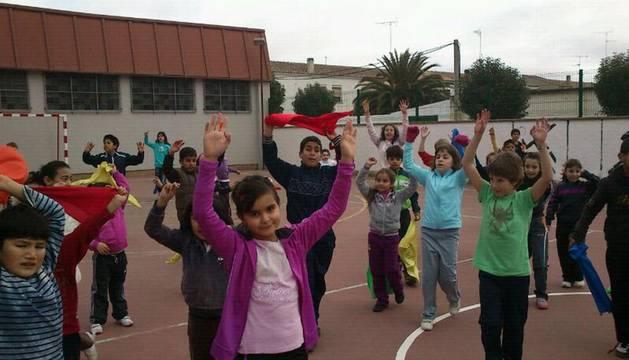 Varios niños participando en una actividad de las jornadas de multideporte celebradas en Cadreita