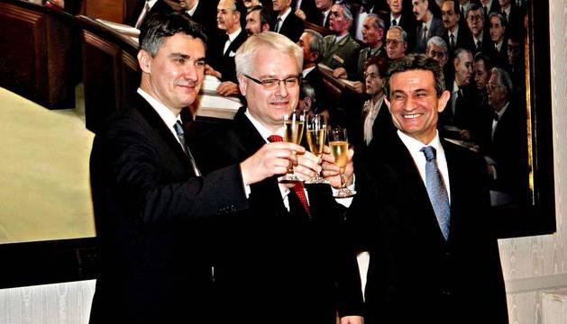 El presidente croata, Ivo Josipovic (c); el primer ministro, Zoran Milanovic (i), y el presidente del Parlamento, Boris Sprem (d), brindan tras conocer el resultado