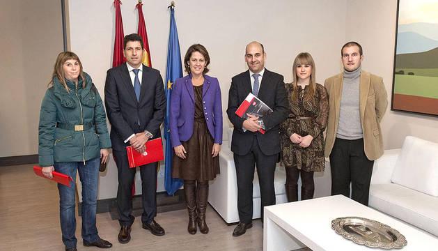 Yolanda Barcina, en el centro, junto al presidente de AJE Navarra, José Manuel Izcue