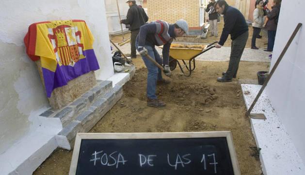 El arqueólogo Juan Luis Castro (i), junto a compañeros de la Cooperativa Arqueocativa en el cementerio de San José de la localidad sevillana de Gerena