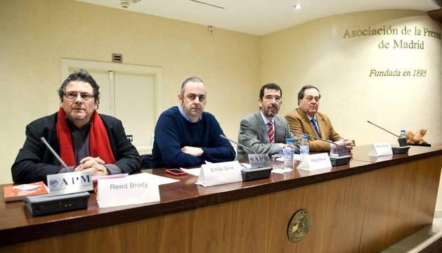 Reed Brody, Emilio Silva, Hugo Relva y Pedro Nikken, durante una rueda de prensa para expresar su rechazo al juicio de Baltasar Garzón