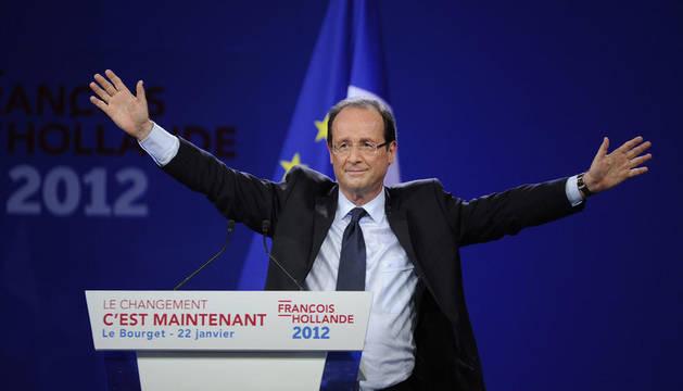 El candidato socialista a la Presidencia de Francia, François Hollande, saluda durante un mitin que celebró ante más de 10.000 personas