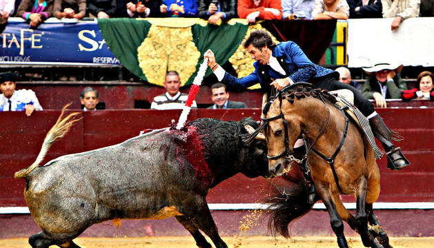 El rejoneador español Pablo Hermoso de Mendoza lidia su primer toro de la tarde en la Plaza de Toros La Santamaria de Bogotá (Colombia)