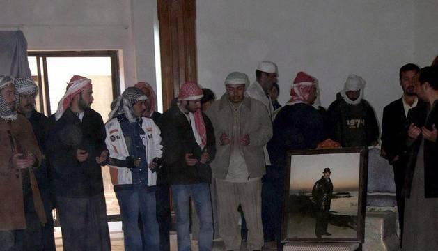 Varios hombres rezan frente a la tumba del ex dictador iraquí, Sadam Husein