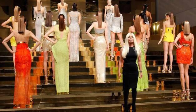 La diseñadora italiana Donatella Versace junto a las modelos, tras presentar la colección de Alta Costura de Versace para la primavera/verano 2012 en la Semana de la Moda de París