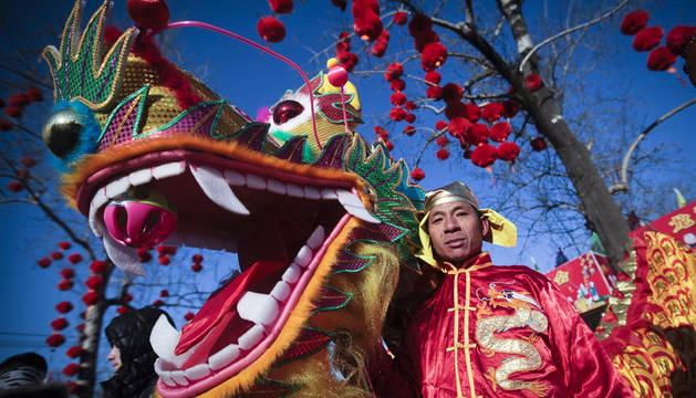 Actores y bailarines participan en la danza del dragón durante la celebración del Año Nuevo chino