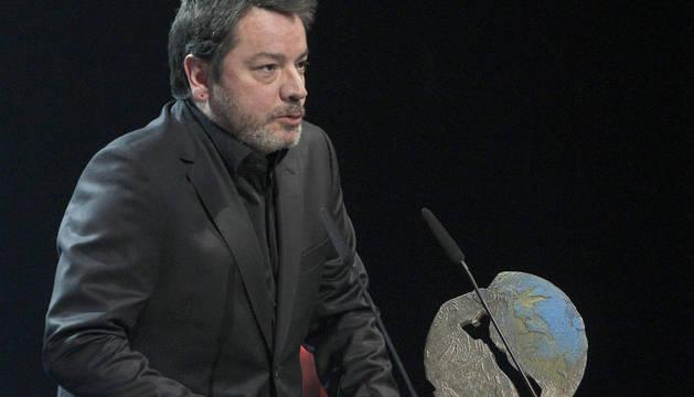 El director Enrique Urbizu, tras recibir el premio a la mejor película por