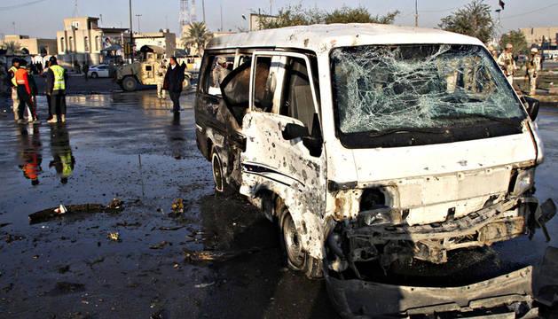 Imagen de una furgoneta afectada tras la explosión de uno de los coches bomba colocados en el barrio de Ciudad Sadr, al este de Bagdad