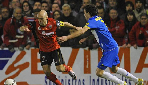 Pablo Infante, autor del primer gol para el Mirandés, lucha por el balón contra Raúl Rodríguez durante el partido de vuelta de cuartos de final de la Copa del Rey disputado en el estadio municipal de Anduva.