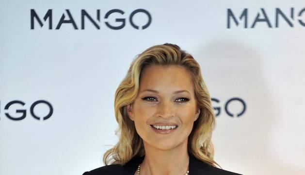 La modelo británica Kate Moss posa para los fotógrafos durante la presentación de la campaña de Mango