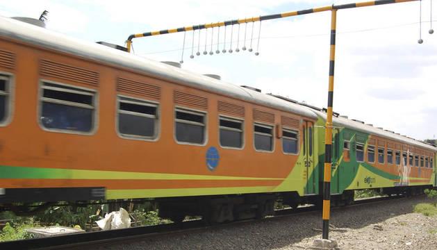 Un tren pasa por la localidad indonesia de Bekasi por debajo de las bolas de cemento que la compañía ferroviaria ha colocado para impedir que los pasajeros viajen en el techo