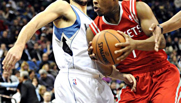 El español Ricky Rubio (izda.) trata de frenar al jugador de Houston Rockets, Kyle Lowry, durante el encuentro