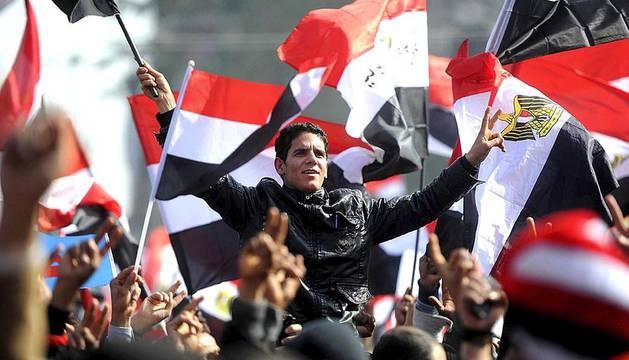 Los egipcios celebran en la plaza Tahrir de El Cairo el aniversario de su revolución, que terminó con el derrocamiento de Mubarak.