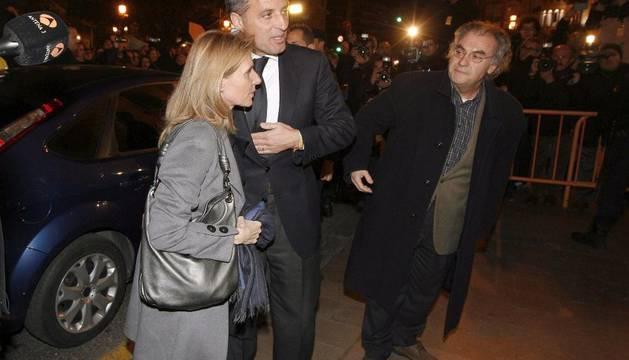 Camps con su mujer, a la llegada del Tribunal