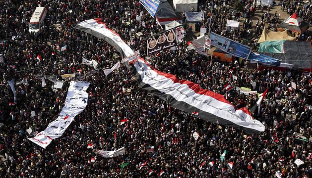 Miles de egipcios participan en la congregación celebrada en la plaza Tahrir para conmemorar el primer aniversario de la revolución que derrocó al expresidente Hosni Mubarak, en El Cairo (Egipto).