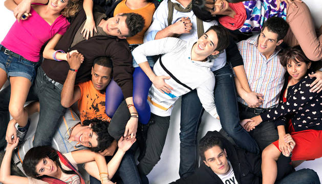Fotograma donde aparece el elenco de los jóvenes actores de la telenovela