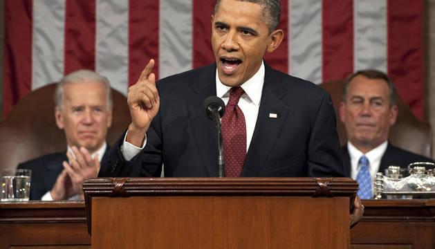 El mandatario estadounidense, Barack Obama (centro), acompañado por el vicepresidente Joe Biden (izda.) y el presidente de la cámara John Boehner (dcha.) habla durante la presentación del tercer discurso sobre el estado de la unión