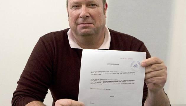 El socio del Barcelona Stefan Froreich, en el despacho de abogados, muestra la denuncia