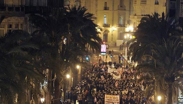 Alrededor de 200.000 personas se dieron cita la tarde de este jueves de forma simultánea en las tres capitales de provincia de la Comunidad Valenciana para protestar por los recortes en los servicios públicos y exigir la retirada del decreto y la