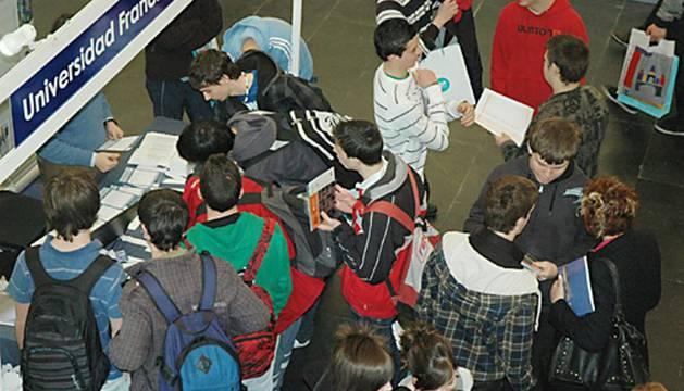 Varios jóvenes se acercan a uno de los 'stands' situados en Baluarte