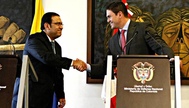 Los ministros de Defensa de Colombia, Juan Carlos Pinzón (dcha.), y de Perú, Alberto Otárola (i)zda., se estrechan la mano durante una rueda de prensa tras una reunión a puerta cerrada  donde trataron temas sobre cooperación en la lucha contra el crimen